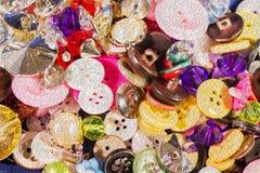 Chiuda su di vecchi e nuovi bottoni Fotografie Stock