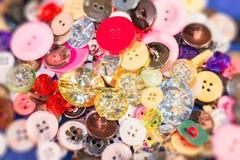 Chiuda su di vecchi e nuovi bottoni Immagine Stock