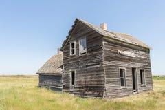 Chiuda su di vecchia casa dell'assicella con le finestre rotte Fotografie Stock Libere da Diritti