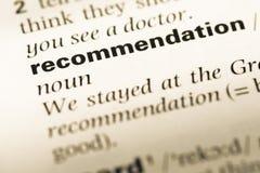 Chiuda su di vecchia pagina inglese del dizionario con le raccomandazioni di parola immagini stock