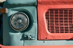 Chiuda su di vecchia retro lampada classica d'annata del faro dell'automobile immagine stock libera da diritti