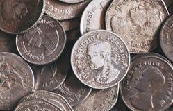Chiuda su di vecchie monete di baht tailandese Fotografia Stock