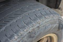 Chiuda su di vecchie ruote della gomma Concetto automobilistico e materiale Ca immagine stock libera da diritti