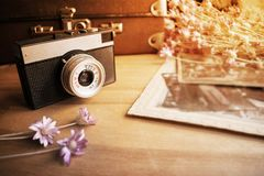 Chiuda su di vecchio obiettivo sopra blurredbackground di vecchio leathe Fotografia Stock