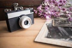 Chiuda su di vecchio obiettivo sopra fondo di vecchio suitc di cuoio fotografia stock libera da diritti