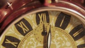 Chiuda su di vecchio orologio video d archivio