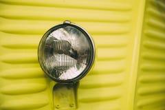 Chiuda su di vecchio retro faro classico d'annata delle automobili fotografia stock