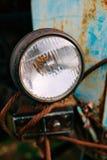 Chiuda su di vecchio retro faro d'annata delle automobili fotografia stock libera da diritti