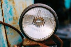 Chiuda su di vecchio retro faro d'annata delle automobili immagini stock