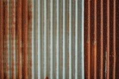 Chiuda su di vecchio tetto ondulato dello strato Immagine Stock