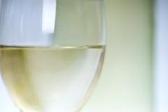 Chiuda in su di vino bianco in vetro Fotografia Stock