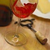 Chiuda in su di vino rosè rosso versato in vetro Fotografie Stock Libere da Diritti