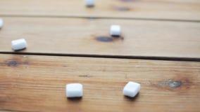 Chiuda su di zucchero bianco sul bordo di legno o sulla tavola archivi video