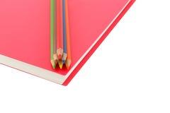 Chiuda su diretto a spirale della matita e del taccuino di colore su backgr bianco Fotografia Stock