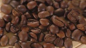 Chiuda su fondo dei chicchi di caffè marroni arrostiti in 4K archivi video