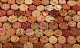 Chiuda su fondo dei sugheri usati del vino rosso Immagine Stock