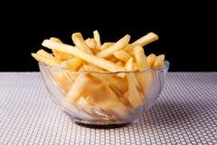 Chiuda su Fried French Fries in ciotola di vetro e nel fondo nero Immagine Stock Libera da Diritti