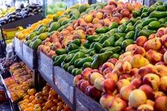 Chiuda su frutta e sulle verdure fresche al contatore del negozio di verdure, mercato dell'agricoltore Dieta organica, sana, vege Immagine Stock