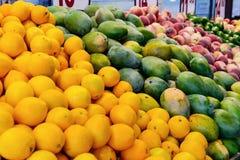 Chiuda su frutta e sulle verdure fresche al contatore del negozio di verdure, mercato dell'agricoltore Dieta organica, sana, vege Fotografie Stock