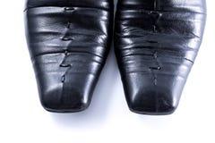 Chiuda su, le scarpe degli uomini usati su fondo bianco Immagine Stock