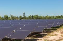 Chiuda su matrice delle pile solari del film sottile o delle cellule solari al silicio amorfe in centrale elettrica solare Immagine Stock