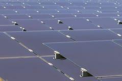 Chiuda su matrice delle pile solari del film sottile o delle cellule solari al silicio amorfe o sul photovoltaics in centrale ele Immagini Stock