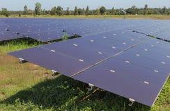 Chiuda su matrice delle pile solari del film sottile o delle cellule solari al silicio amorfe o sul photovoltaics in centrale ele Immagine Stock