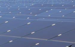 Chiuda su matrice delle pile solari del film sottile o delle cellule solari al silicio amorfe o sul photovoltaics in centrale ele Fotografie Stock