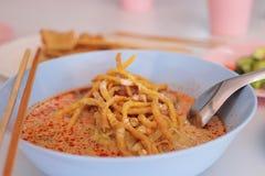 Chiuda su minestra di pasta al curry con il pollo o la ricetta di Khao Soi Alimento tailandese tradizionale Fuoco selettivo e pro Fotografia Stock
