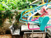 Chiuda su molti attaccapanni di plastica variopinti Fotografia Stock Libera da Diritti