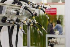 Chiuda su molto il tipo cannello per saldare di MIG del supporto di elettrodo per il robot all'officina fotografia stock libera da diritti