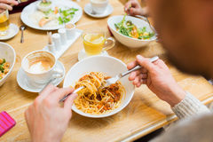 Chiuda su pasta mangiatrice di uomini per la cena al ristorante Immagine Stock