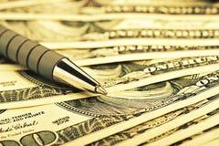 Chiuda su Pen On The Money Immagini Stock Libere da Diritti