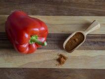 Chiuda su peperone dolce rosso perfetto con il pepe della spezia in piccolo wo immagini stock
