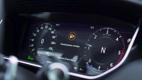 Chiuda su per il cruscotto moderno dell'automobile, interno prestigioso dell'automobile azione Quadro portastrumenti di un'automo stock footage