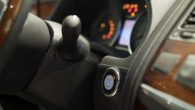Chiuda su per il dito dell'uomo che preme l'inizio di potere dell'automobile, il tasto di arresto, concetto del trasporto azione  stock footage