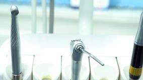 Chiuda su per l'attrezzatura alla clinica dentaria, medicina del dentista ed i denti si preoccupano il concetto media Strumenti d archivi video