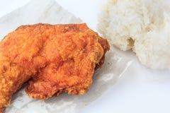 Chiuda su pollo fritto con riso appiccicoso su fondo bianco Fotografia Stock