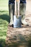 Chiuda su prato inglese di Laying Turf For del giardiniere di paesaggio di nuovo fotografie stock