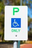 Chiuda su prenotazione disabile del segno di parcheggio Fotografie Stock Libere da Diritti