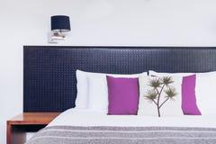 Chiuda su progettazione della testata del letto nell'interno della camera da letto Fotografia Stock