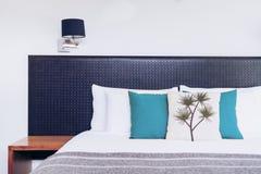 Chiuda su progettazione della testata del letto nell'interno della camera da letto Fotografia Stock Libera da Diritti