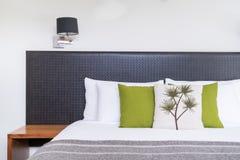 Chiuda su progettazione della testata del letto nell'interno della camera da letto Immagini Stock