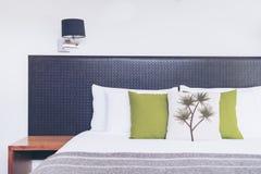 Chiuda su progettazione della testata del letto nell'interno della camera da letto Immagine Stock