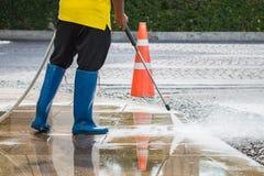 Chiuda su pulizia all'aperto del pavimento con il getto di acqua ad alta pressione Immagini Stock Libere da Diritti