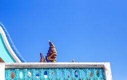 Chiuda su re dei Nagas, la scultura del serpente, grande cielo blu dello stucco del fondo del Naga fotografia stock libera da diritti