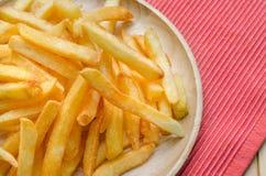 Chiuda su, sale spruzzato patate fritte Fotografia Stock Libera da Diritti