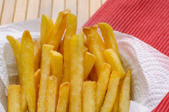 Chiuda su, sale spruzzato patate fritte Fotografie Stock Libere da Diritti