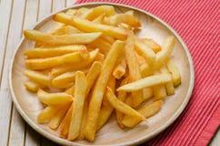 Chiuda su, sale spruzzato patate fritte Immagine Stock