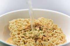 Chiuda su sapore istantaneo della minestra di pasta fotografia stock libera da diritti